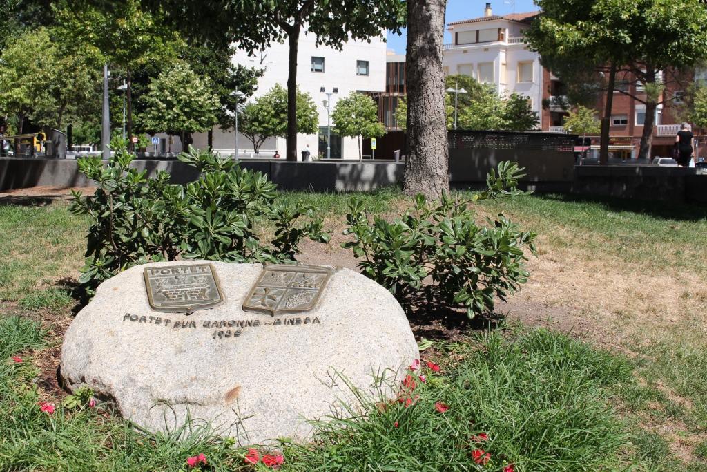 Escudo hermanamiento en Plaza de España. Binéfar y Portet.