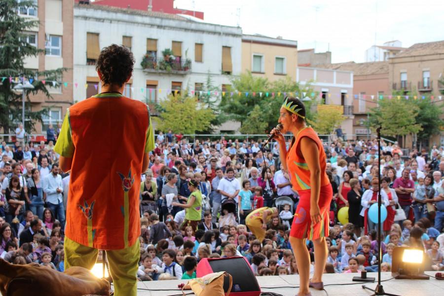 Titiriteros de Binéfar actuando en la Plaza de España.
