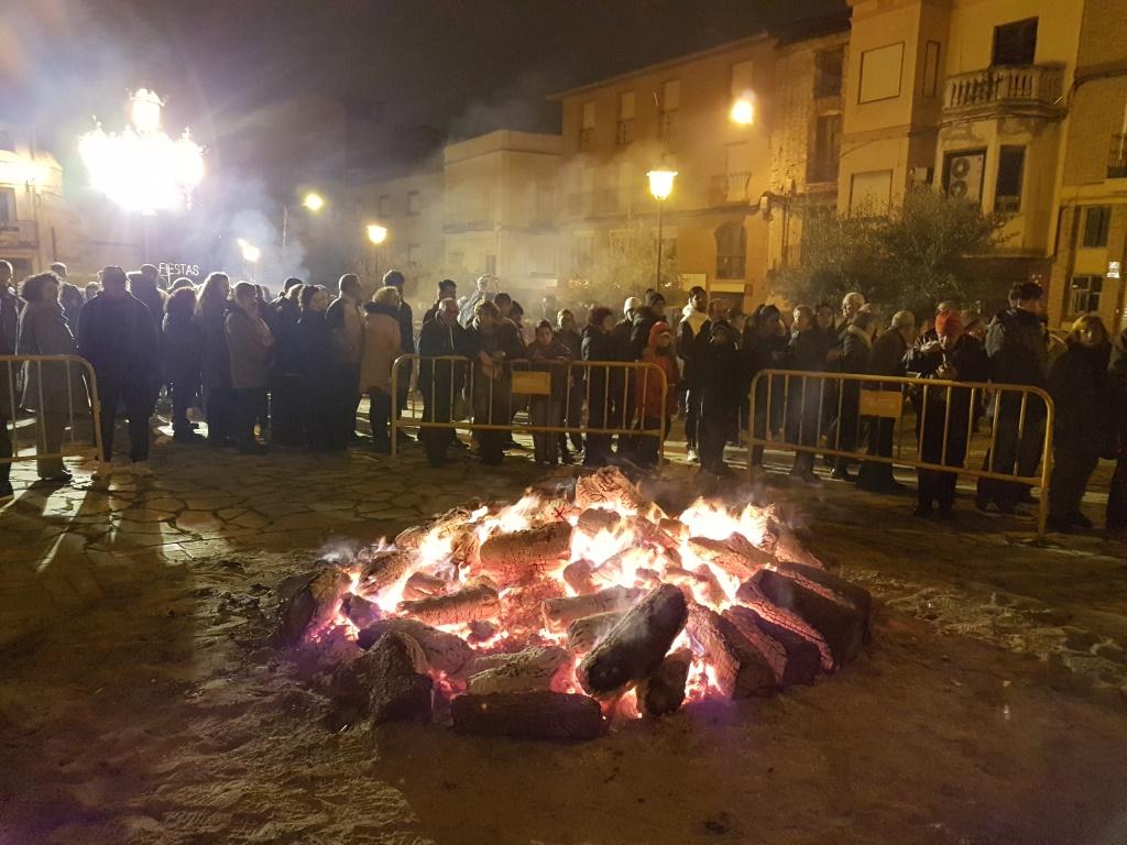 La hoguera de San Quílez congrega a decenas de vecinos en torno al fuego