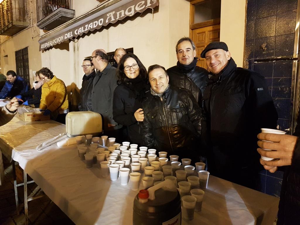 Los concejales y el alcalde celebrando la hoguera de San Quílez