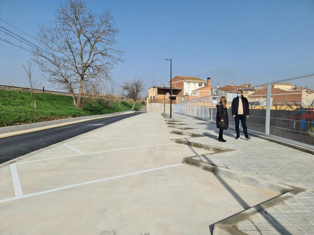 La urbanización de la calle Ferrocarril mejora el acceso a los peatones y crea plazas de aparcamiento