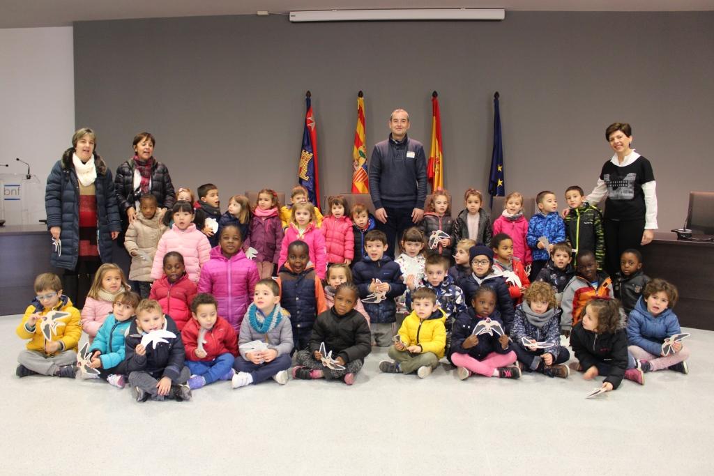 Escolares de 4 años del CEIP Víctor Mendoza visitan el Ayuntamiento de Binéfar