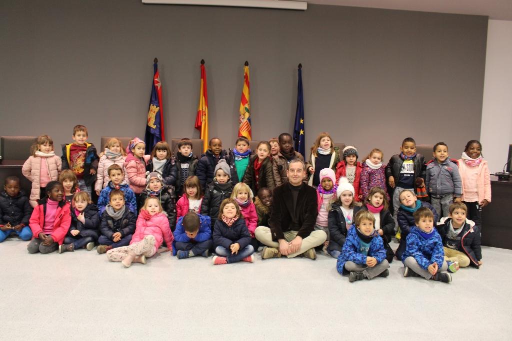 El Ayuntamiento de Binéfar recibe a otro grupo de escolares de 4 años del CEIP Víctor Mendoza