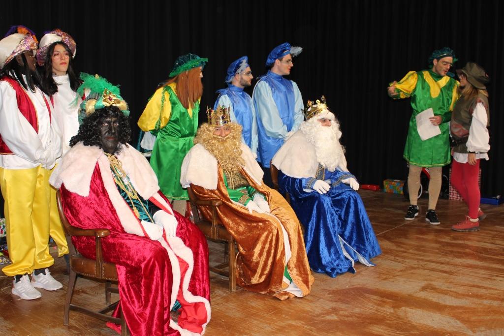 La Cabalgata de Reyes recorrió el centro de Binéfar repartiendo ilusión