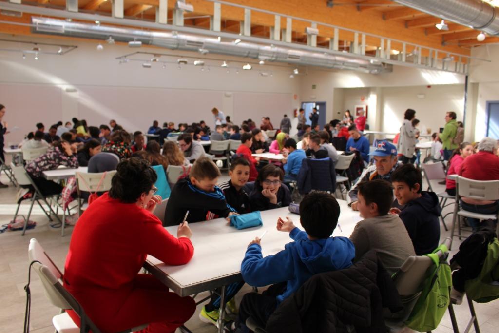 Usuarios de la Asociación Down Huesca experimentan la cooperación y la convivencia con escolares de Binéfar