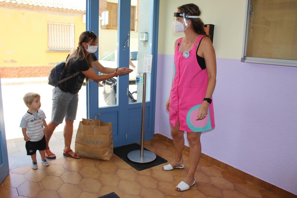 La Escuela Infantil Municipal es el primer centro educativo de Binéfar que recibe alumnos, entre estrictas medidas de seguridad