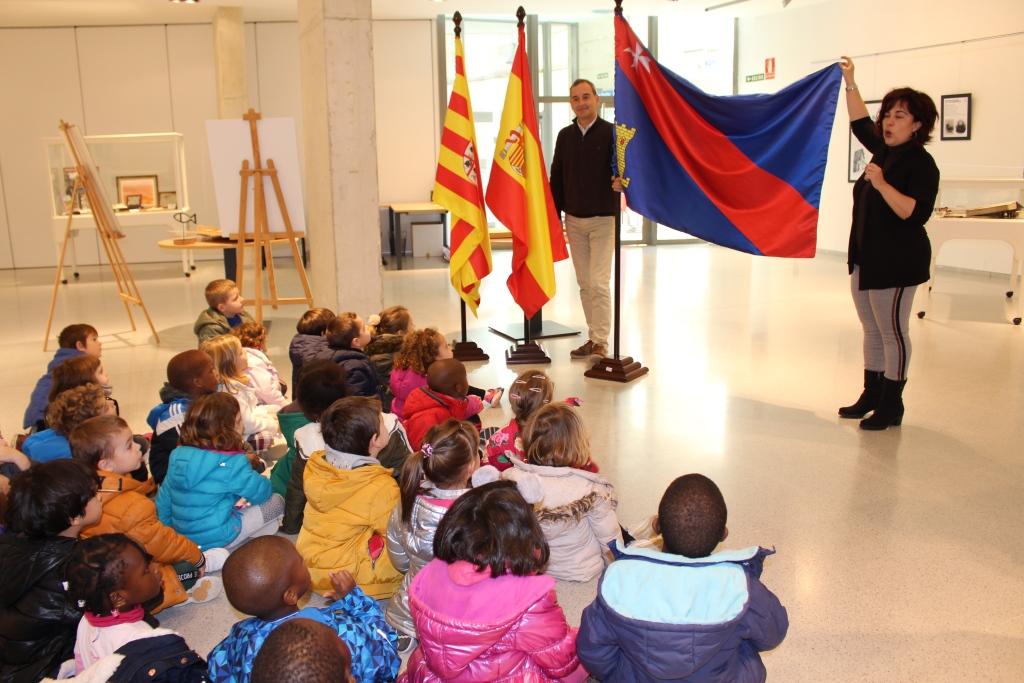 El alcalde recibe a escolares del CEIP Víctor Mendoza en la exposición de alcaldía