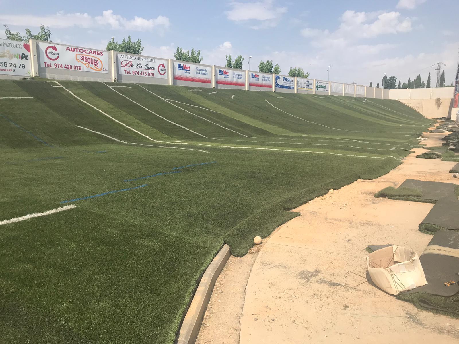 El Ayuntamiento recicla el césped artificial retirado de Los Olmos para cubrir rotondas y los laterales del campo de fútbol
