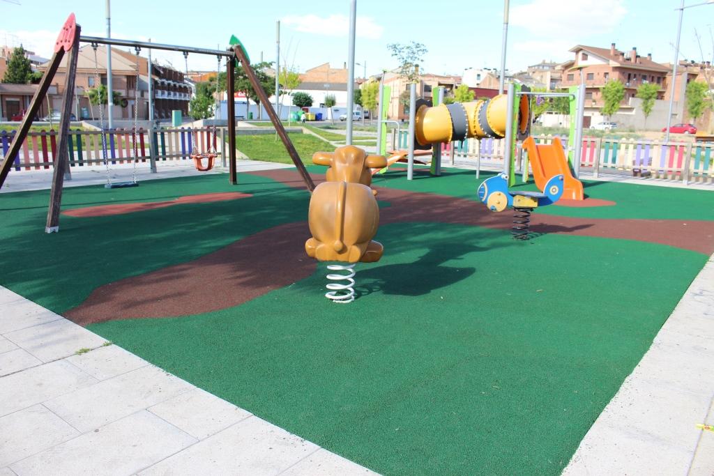 Renovado el pavimento de la zona de juegos infantiles de la plaza Portet