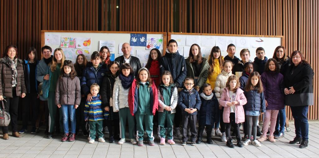 Los escolares de Binéfar protagonizan un acto conjunto para celebrar el Día de la No Violencia y la Paz