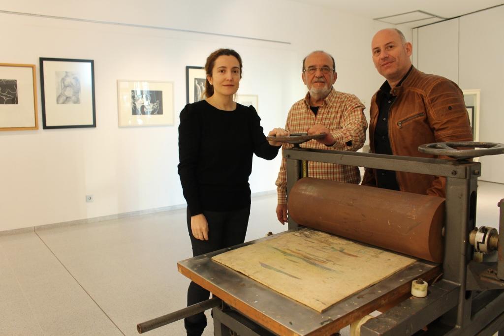 La artista Katia Acín y su obra, en una exposición