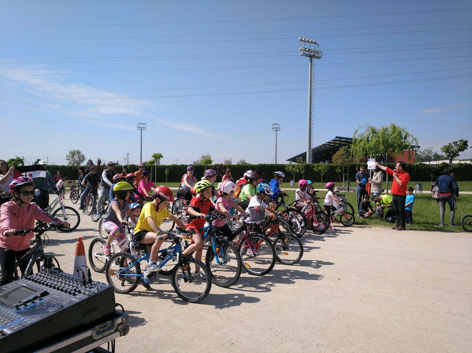 Binéfar recoge once cajas de material escolar para el Sáhara con una bicicletada solidaria