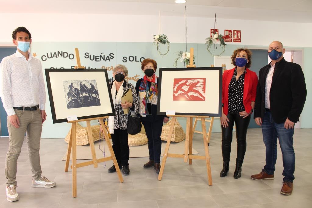 La familia de Katia Acín dona dos xilografías de la artista al colegio de Binéfar que lleva su nombre